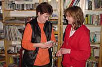 Mechthild Frericks übergibt den Gewinn des Weihnachtsmarktes an Maria Brinkmann