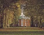 Sicht auf den Zentralpavillon von Clemenswerth von einer Allee aus gesehen