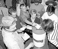 In Mainfranken drängelten sich am Montag, 10. Juni, Mitglieder der IG Bau um die fliegenden Urnen.