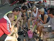 Sangria im Eimer mit Riesenstrohhalmen zu trinken - Starndfeeling á la Mallorca.