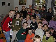 Elisabeth Zöller im Kreis der Kinder der 3. und 4. Klasse