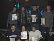 Vertreter der teilnehmenden Mannschaften erhalten Pokal und Urkunden