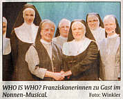 Schwester Juvenalis Hand in Hand mit Nonnen-Darstellerin