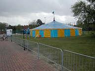 Zirkuszelt des Zirkus Merlin in Wippingen Sportplatz