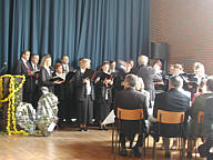 Der Kirchenchor unter der Leitung von Terhalle während des Festakts