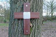 Kreuz mit Gedenktafel