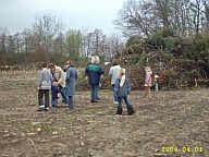 Beim Osterfeuer auf dem Strootburg