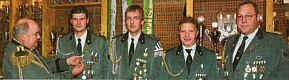 Oberst Josef Ptint zeichnete die Vereinsmeister Markus Meyer, Mathias Kork, Hans Robin und Ernst Stein (von links) mit     Ehrenplaketten aus.|EZ-Foto: Willy Rave