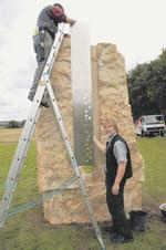 In die Edelstahlplatte am Denkmal sind 23 Kreuze gestanzt, die an die Opfer des Unglücks erinnern sollen. Rechts der Künstler Dominikus Witte. Foto: Aloys Schulte