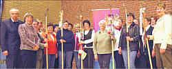 Auf dem Weg zum Katholikentag: Ein Zeichen des Verbundenheit setzten die Ehrenamtlichen kirchlicher Gemeindegruppen des neuen Dekanats Emsland-Nord mit ihren Pilgerstäben. Foto: Melanie Lahrmann
