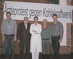 Foto von der Mitgliederversammlung. v. r.: Sprecher Jan Deters-Meissner, Prof. Dr. Dr. Heinz Spranger, Hanne Giessen, Sprecherin Inge Stemmer, für die Ärzteschaft verantwortliches Vorstandsmitglied Matthias Witte