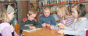 Der GrundSchüler Henning (Zweiter von links) liest in der Bibliothek für die Jungen und Mädchen des Kindergartens (von links) Eva, Benni, Mareike und Verena. Foto: Astrid Brüggen