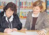 Den Kooperationsvertrag unterzeichneten Büchereileiterin Gaby Bicker (links) und Rektorin Jutta Reinhardt. Foto: Willy Rave