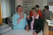 Elisabeth Speller und Anette Timmer stoßen auf die Neueröffnung an