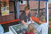 Anette Timmer am Eis-Stand