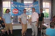 Dieter Hempen übergibt die Petition an Bürgermeister Hermann Gerdes