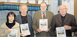 von links: Jana Frericks, Alfons Deters, stellvertretender Bürgermeister Heinz-Hermann Düthmann sowie Autor Josef Kimmann