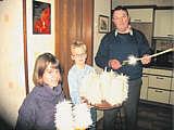 Marina und rene Lüttel tragen am Abend vor dem Fest Heilige Drei Könige die von ihrem Großvater Josef Lüttel gefertigten Tunscheren aus.{T.Brinker-Foto, EL-Kurier