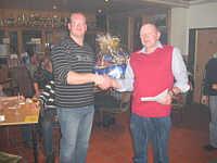 Links:Der Sieger des Doppelkopfturniers Carsten Hempen, rechts: Der Vorsitzende des Schießvereins Alex Ganseforth