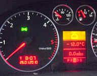 Minus 12 Grad meldet der Auto-Außenthermometer