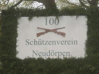 Hinweisschild auf das Schützenfest in Neudörpen