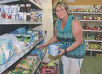 Annette timmer führt den Lebensmittelladen in Wippingen. Eine solche Einkaufsmöglichkeit macht ein Dorf attraktiv.|Foto: Eden, Der Wecker vom 08.08.2010