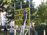 Schild der BI Saubere Energie Dörpen wird abgebaut.