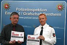 Das Foto zeigt Carsten Denneburg (links) und Karl-Heinz Brüggemann mit dem Plakat, welches in der Samtgemeinde ausgehängt wird – Foto: Polizeipressestelle Lingen