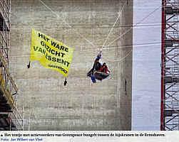 Das Zelt mit den Greenpeace-Aktivisten zwischen den Baukränen in Eemshaven