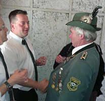Schützenvereinsvorsitzender Josef Speller gratuliert dem neuen König Torsten Düthmann