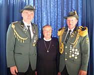 links Schütenvereinsvorsitzender Josef Speller, rechts Oberst Alex Ganseforth