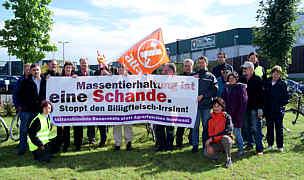 Gegner der Massentierhaltung protestierten vor dem Rothkötter-Schlachthof / Foto: attac