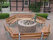 Brunnen mit Bank auf dem Mühlenhof Wippingen