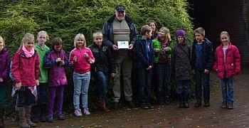 Heinz Schulte und Schüler der Dritten Klasse der Grundschule Renkenberge-Wippingen