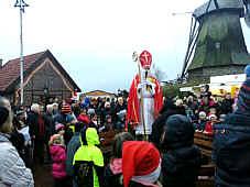 Der Nikolaus besucht den Wippinger Weihnachtsmarkt