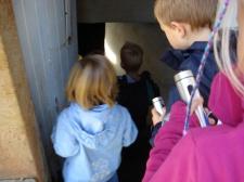 Mutige Kinder im Emslandmuseum Schloss Clemenswerth bei an einer Taschenlampenführung