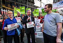 Übergabe der Unterschriften gegen TTIP an Gabi Zimmer (Linke) und Markus Ferber (CSU)