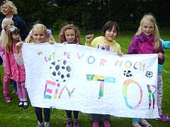Zuschauer beim Fußball-Jungen-Vergleichswettkampf der Grundschulen