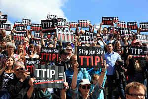 Stop TTIP und CETA, Foto von http://blog.campact.de/2014/09/jetzt-gehts-erst-richtig-los-eu-kommission-lehnt-europaeische-buergerinitiative-ab/