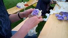 Rosen für den Kranz machen