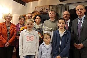 Auf dem Foto von links: 2. Vorsitzende: Thekla Brinker, Thea Grüter-Deters, Hermann Bröring, Gretel, Marita, Johann,  Jan und Hinnerk Frericks, 1. Vorsitzender Karl-Heinz Weber, Geschäftsführer Hans Albers.