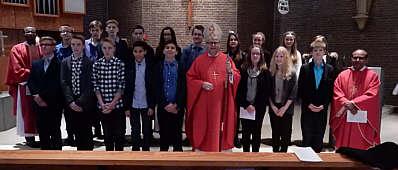Die Firmlinge mit Bischof Franz-Josef Bode