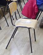 alte Stühle in Mehrzweckhalle