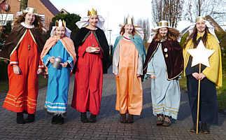 Sternsingergruppe in der Fehnstraße/Eichenstraße, v. l.: Julia Neumann, Gretel Frericks, Anna Lena Pieper, Lisa Grefer, Weda Frericks, Elena Frericks