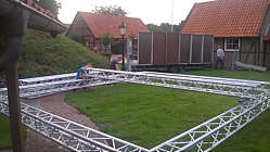 Aufbauarbeiten auf dem Mühlenhof