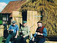 Bernhard Kuper (Wöste) 1992 beim Bau des Schafskobens