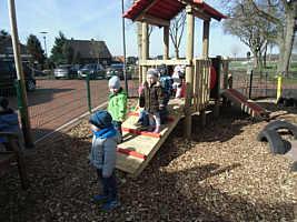 Aufbau des Spielgerätes beim Kindergarten