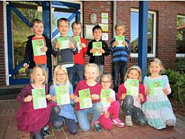 Kindergartenkinder mit den Bibliotheksführerscheinen