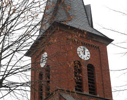 Kirchturm mit Zifferblättern
