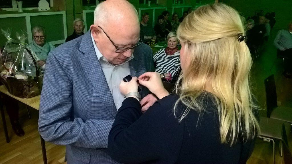 links Josef Kimmann, rechts Marion Martina: Anstecken der Goldenen Ehrennadel